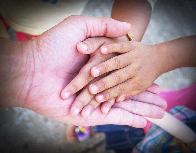 velká ruka, dvě malé ruce