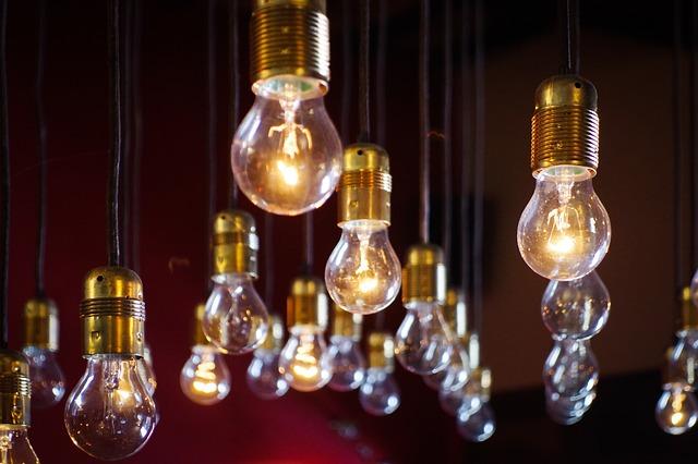 visící žárovky, zlaté objímky