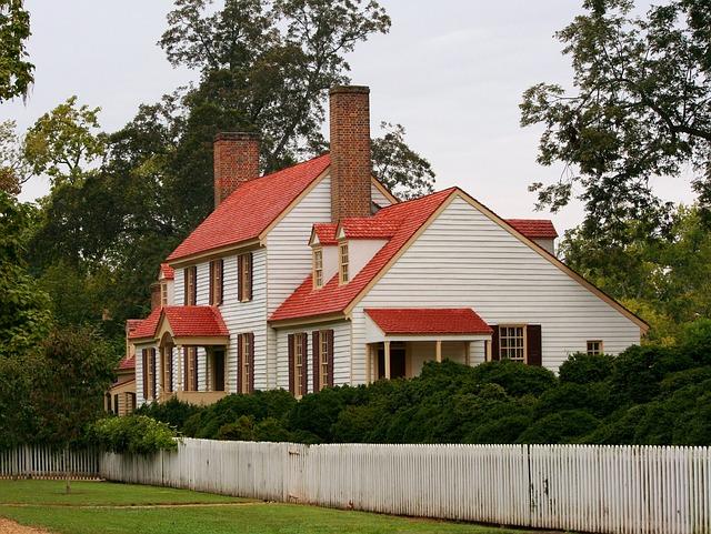 bílý dům, červená střecha, vysoké komíny