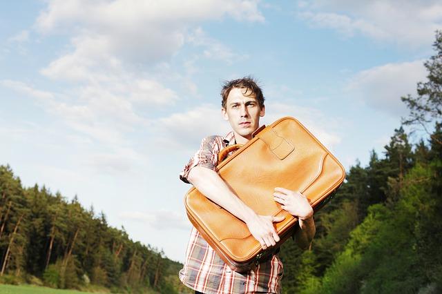 muž se zavazadlem