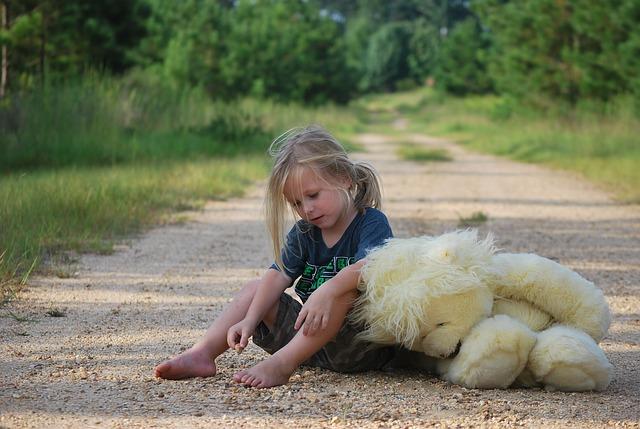 děvče a medvídek