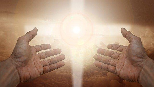 světlo za rukama